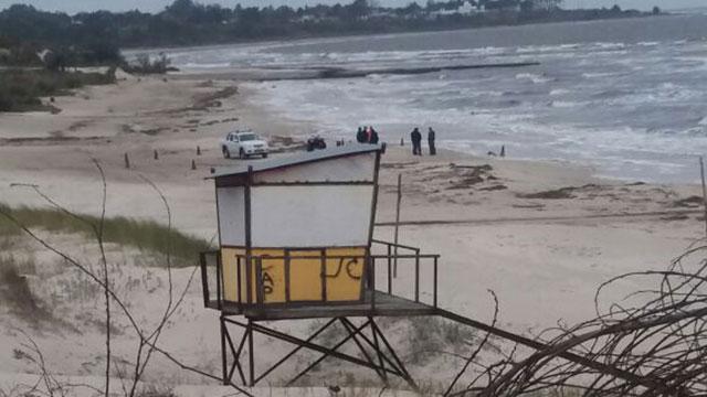 Investigan cuerpo que apareció maniatado y encapuchado en la orilla