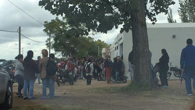 Protesta en una escuela por la violación de un niño de 1º año