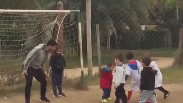 Luis Suárez jugó con niños en el campito de Lagomar durante sus vacaciones