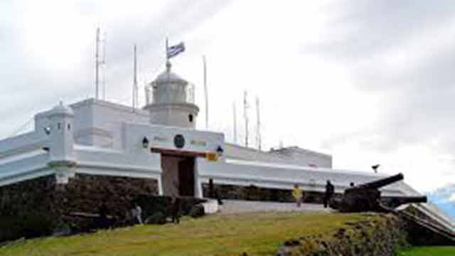 Vázquez y el intendente Martínez izan bandera de Artigas en el Cerro