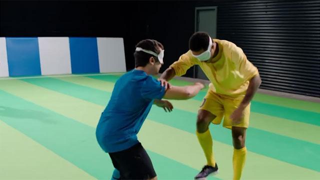 Video: Neymar jugó al fútbol con deportistas ciegos y no la tuvo fácil