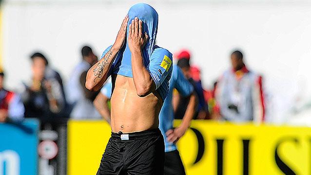 Uruguay perdió 2-1 con Ecuador; Cavani convirtió en su regreso