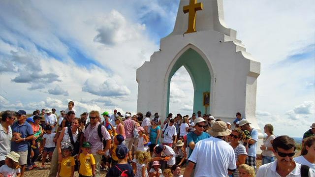 Miles de fieles llegan al cerro del Verdún en el día de la virgen